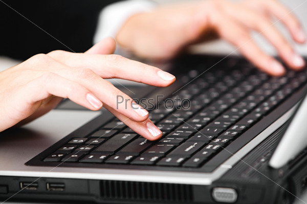 Фотография на тему Красивые женские руки нажимают на кнопки клавиатуры