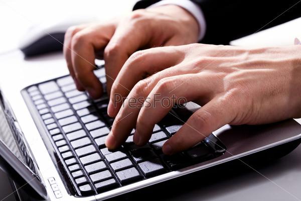 Изображение печатающих мужских рук