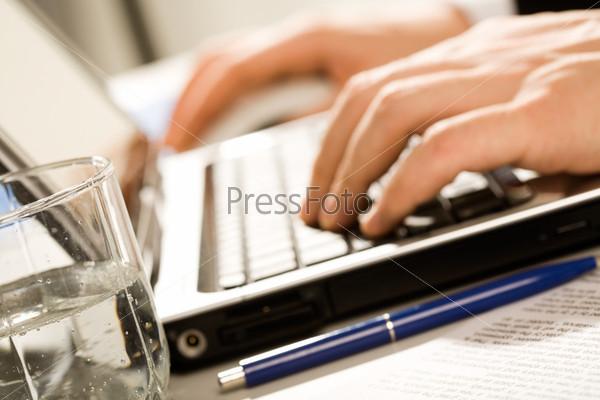 Креативное фото рабочего момента: руки человека, набирающего текст