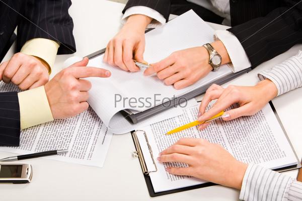 Трое деловых людей обсуждают бизнес планы