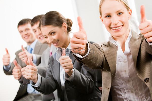 Портрет успешных деловых людей, показывающих, что всё в порядке
