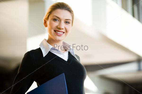 Портрет уверенной деловой женщины, смотрящей в камеру