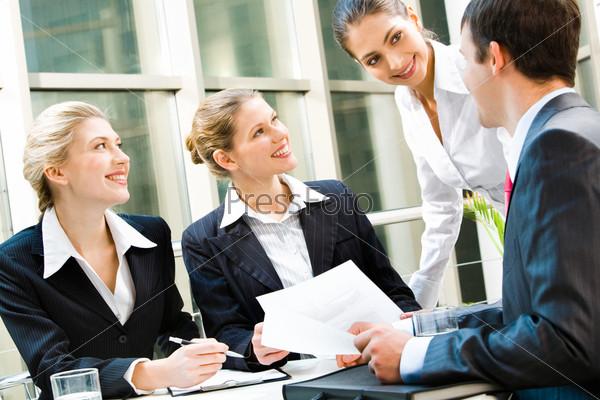Команда из четырех деловых людей, обсуждающих важный вопрос