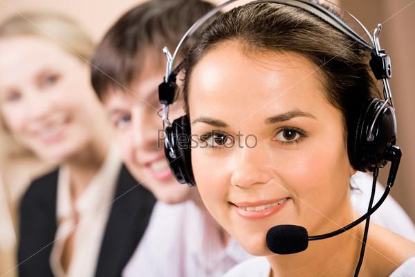 Портрет дружелюбного телефонного оператора с наушниками