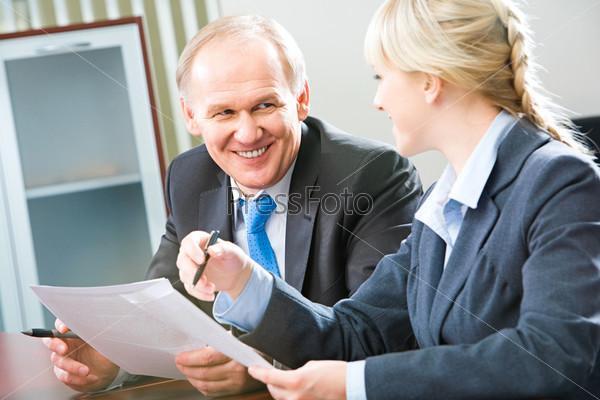 Двое деловых дюдей обсуждают деловые планы