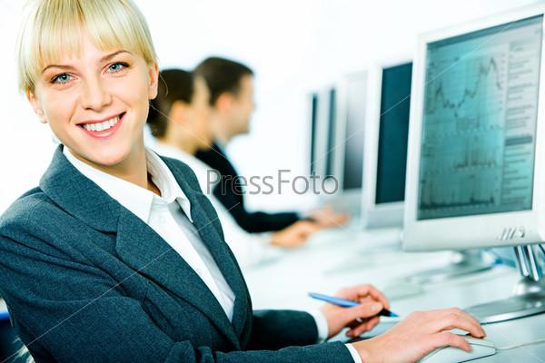 Портрет хорошенькой студентки, смотрящей в камеру во время тренинга
