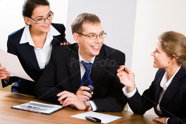 Деловые люди смотрят на женщину во время обсуждения