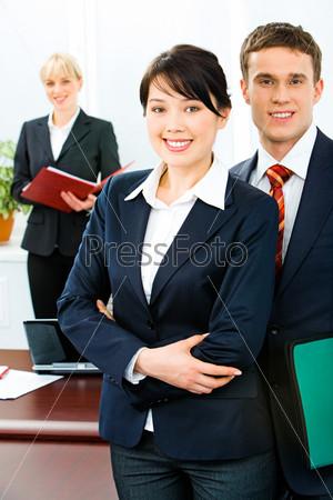 Успешные деловые люди на переднем плане