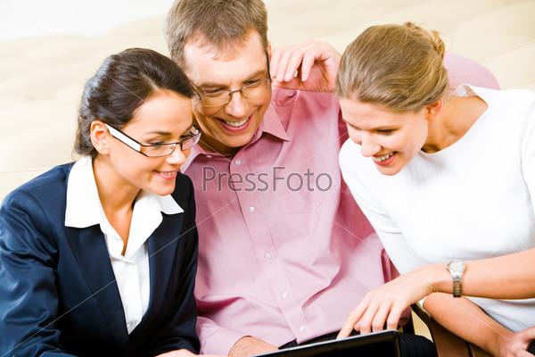 Трое деловых людей смотрят на монитор