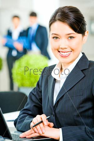 Деловая женщина сидит за столом