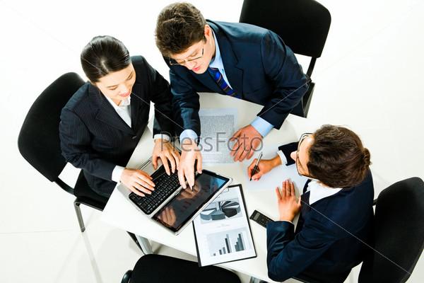 Деловые люди обсуждают новые идеи на встрече