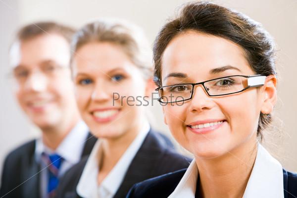 Ряд деловых людей с женщиной впереди