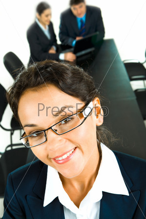 Лицо женщины в очках на фоне деловых людей