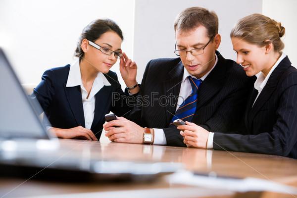 Деловые люди делятся информацией по мобильному телефону