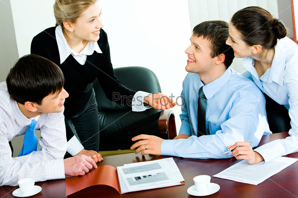 Фотография на тему Деловая женщина объясняет свою идею троим деловым людям