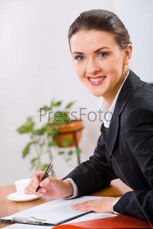 Деловая женщина работает с документами за столом