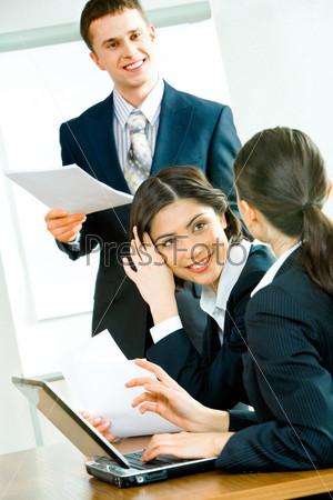 Деловые люди общаются на рабочей встрече