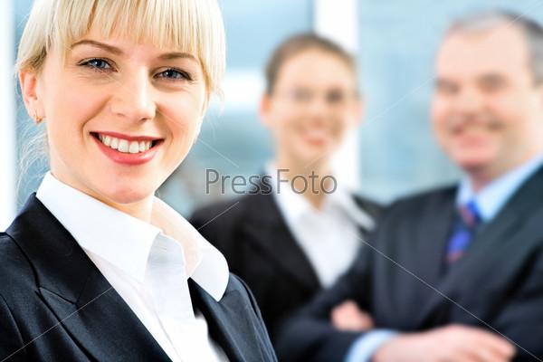 Уверенная женщина в костюме на фоне людей