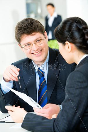 Уверенный менеджер во время рабочей беседы с женщиной