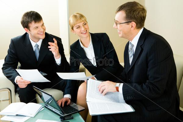 Трое уверенных предпринимателей обсуждают новое решение