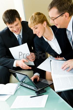 Трое уверенных деловых людей работают вместе