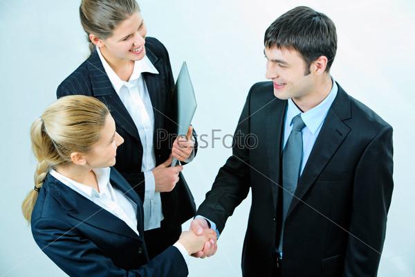 Деловые люди обмениваются рукопожатием при заключении соглашения