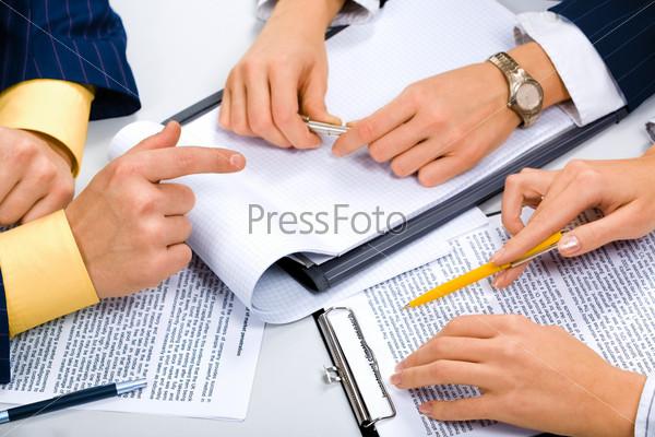 Фотография на тему Руки деловых людей во время важного разговора