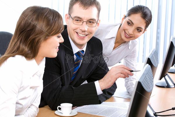 Портрет трех деловых людей, обсуждающих рабочие вопросы