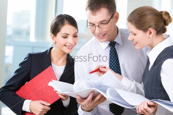 Трое деловых людей обсуждают новый проект на собрании