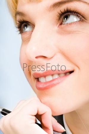Лицо красивой деловой женщины крупным планом на белом фоне