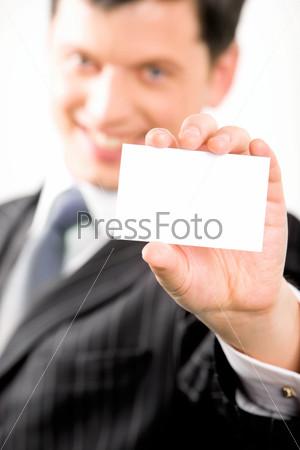 Уверенный предприниматель с визитной карточкой в руке