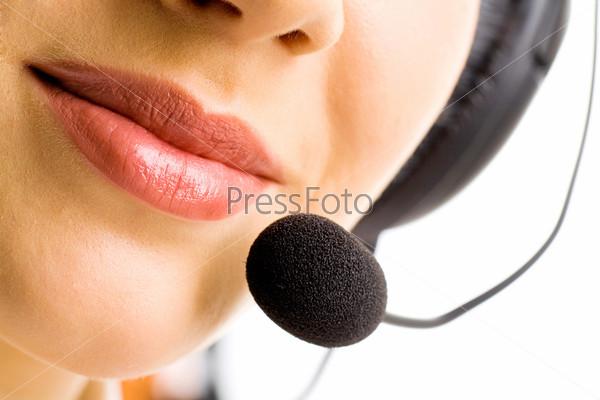 Женский рот с микрофоном крупным планом