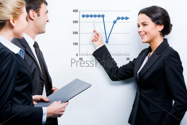 Портрет успешной деловой женщины, представляющей свой деловой проект на брифинге