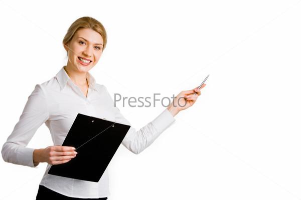 Портрет деловой женщины, держащей папку и ручкой указывающей на что-то
