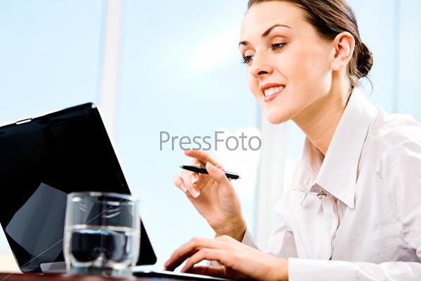 Портрет ответственного секретаря, выполняющей работу на компьютере
