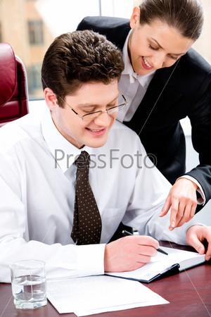 Портрет двух деловых людей, планирующих график работ