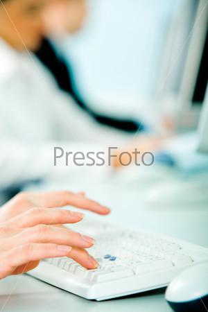 Руки секретаря на клавиатуре на фоне сидящих деловых людей