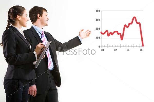 Портрет успешного бизнесмена, демонстрирующего проект, с рядом стоящей женщиной