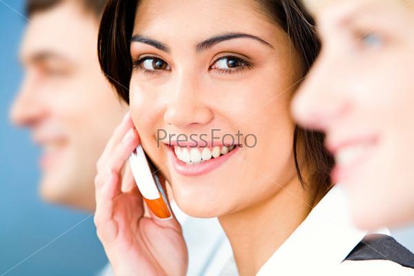 Красивая деловая женщина звонит по телефону