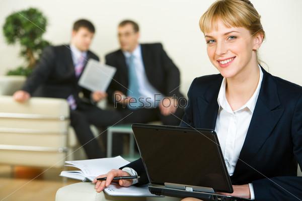 Уверенная женщина смотрит в камеру во время работы