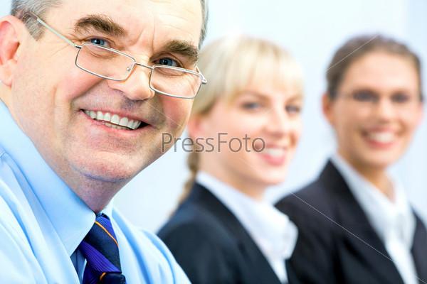 Лица деловых людей с начальником впереди