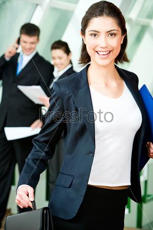 Счастливая женщина с папкой и кейсом