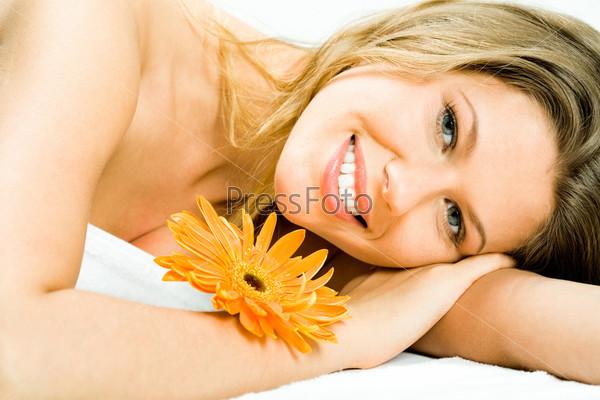 Молодая красивая женщина лежит с спа-салоне на ароматерапии