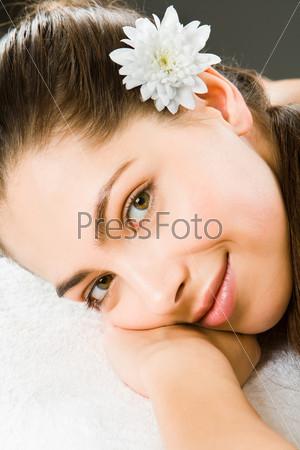 Красивая женщина положила голову на руки