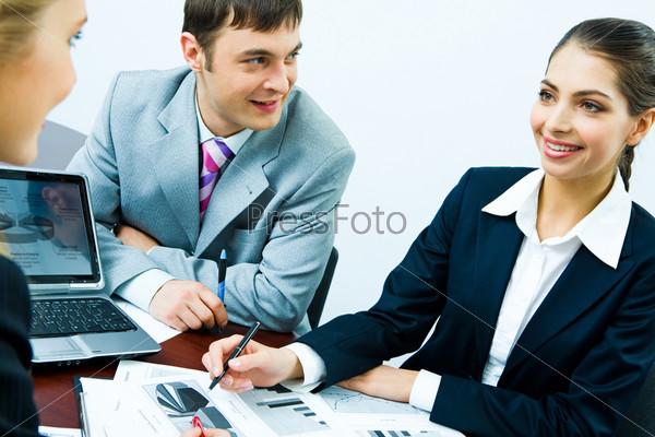 Деловые люди планируют новую стратегию компании на встрече