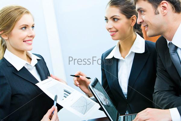 Уверенная деловая женщина показывает свой план коллегам