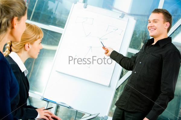 Успешный предприниматель показывает проект деловым людям