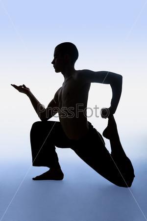 Неподвижный человек выполняет упражнение из йоги