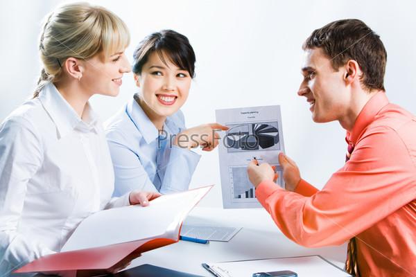 Уверенный бизнесмен и женщина показывают проект коллеге