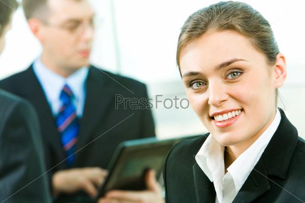 Уверенный красивый секретарь на фоне людей